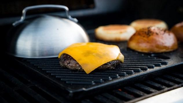 Die Moesta BBQ Käseglocke ist das ideale Zubehör für leckere Burger