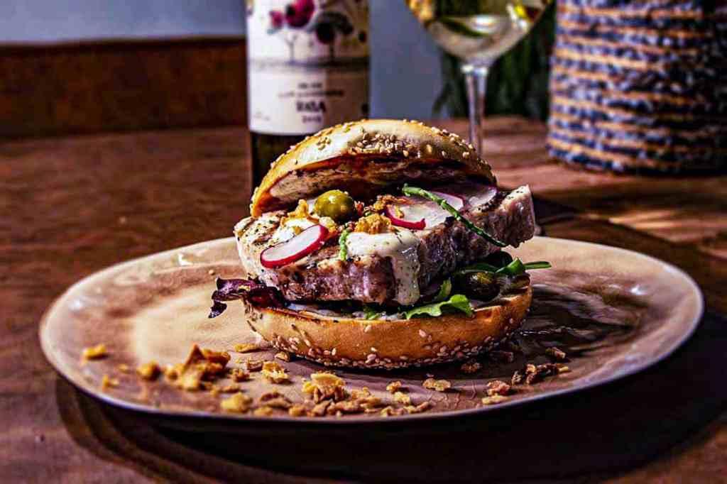 tonijnsteak bagelburger met ginmayonaise 2