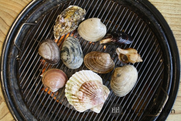 The saejogae is the small pink-hued clam on the bottom left