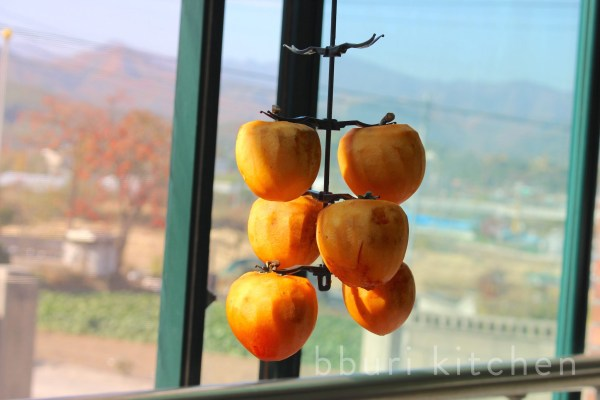 freshly-peeled daebong-gam, ready to be dried