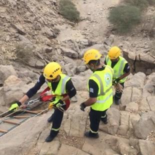 إنقاذ مواطن محتجز في واد جبلي