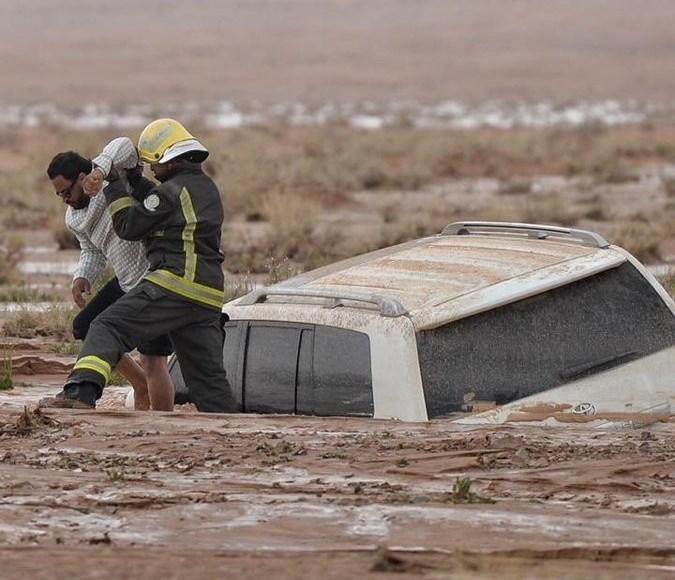 الدافاع المدني ينقذ مواطن احتجز داخل مجرى وادي العش