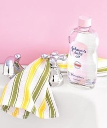 Начистить до блеска изделия из хрома поможет детское масло. Просто нанесите немного масла на хлопчатобумажную ткань и протрите хромовую поверхность.