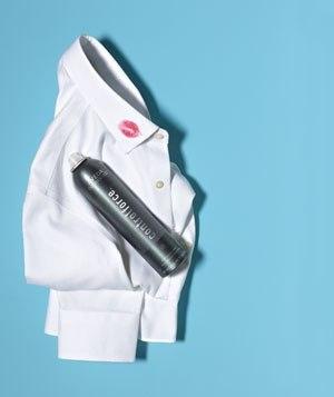 далите пятна губной помады с одежды при помощи лака для волос. Если вещь можно стирать в машине, побрызгайте пятно лаком для волос, оставьте на 10 минут а затем протрите влажной тканью или губкой. После этого постирайте как обычно.