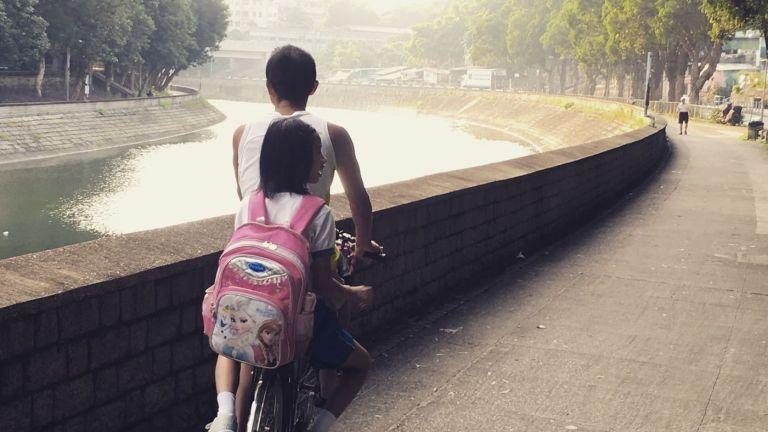 清早騎著單車,沿林村河帶女兒上學,曾是我每天最快樂的生活片段