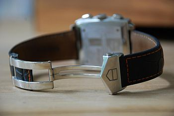 English: Picture of a wristwatch band, showing...