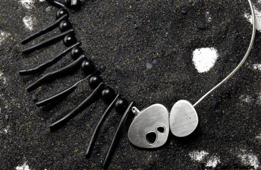 Joyas 'escuela' colección privada: Collar 'Fishbone' en plata, ónix y coral negro