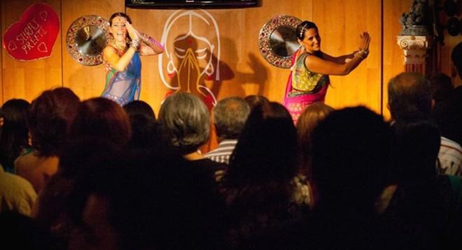 Cena-Bollywood-Restaurante-Namaste-Barcelona-Cocina-India-Bollywood-Diamonds-1024x556