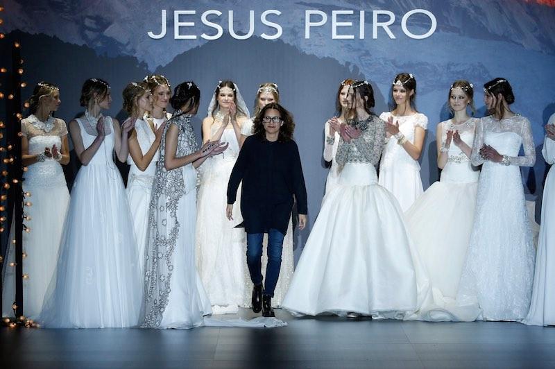 © Barcelona Bridal Week. La diseñadora Merche Segarra saluda a la finalización deL desfile de su colección NANDA DEVI