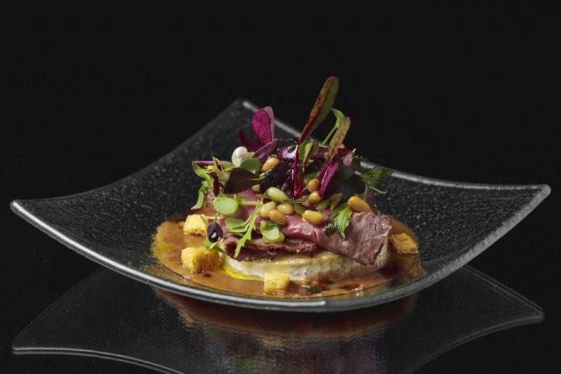 Tapa a concurso del Hotel Le Meridien. Ingredientes: Queso rulo de cabra, roast beef salsa de nueces y brotes de ensalada. Meridaje: Cava. Precio: 5 €.