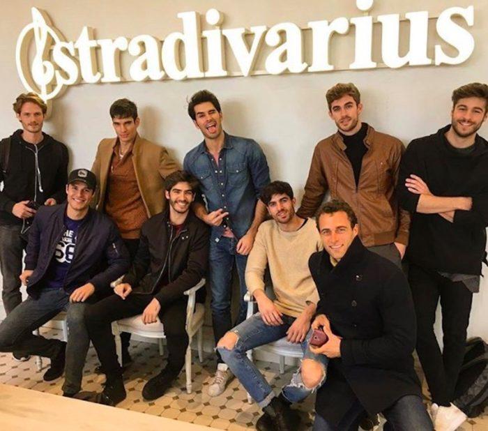 © Instagram Damián Álvarez @damianalvarezt. El grupo de modelos posa en las oficinas de Stradivarius.