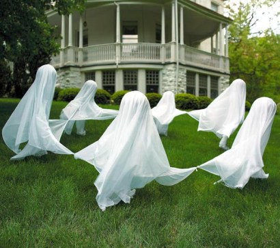 DIY Cheese Cloth Ghosts for your Halloween Lawn Decorating