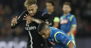 Neymar, in struggle with Alan, in a haul of the disputed Paris SG-Naples.