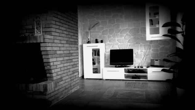 Das Wohnzimmer im SM Haus mit Kamin. Bluray Player. Flachbildfernseher