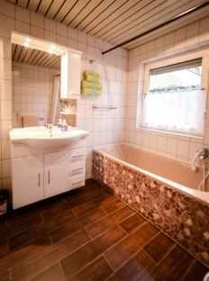 Badezimmer mit Wanne und Dusche SM Ferienhaus in