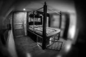 Bett mit Käfig und Prangern SM Ferienhaus Ostfriesland