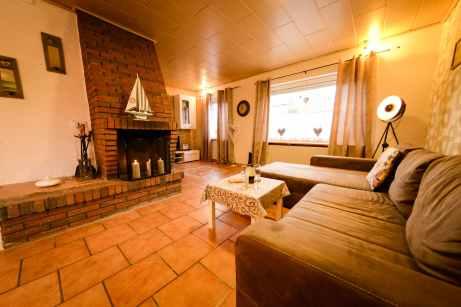 Wohnzimmer mit Kamin im BDSM Ferienhaus