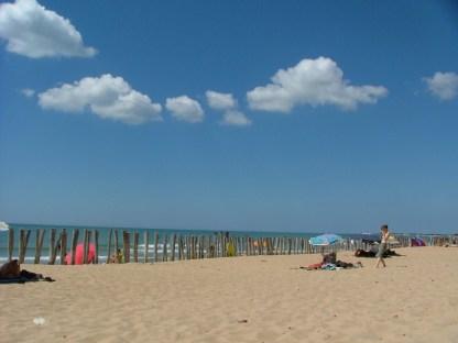 15 augustus 2005. Een mooie stranddag op het eiland Île d'Oléron (Golf van Biskaje) tijdens een vakantie in Frankrijk (2005). Een paar mooi weer wolken kwamen voorbij.