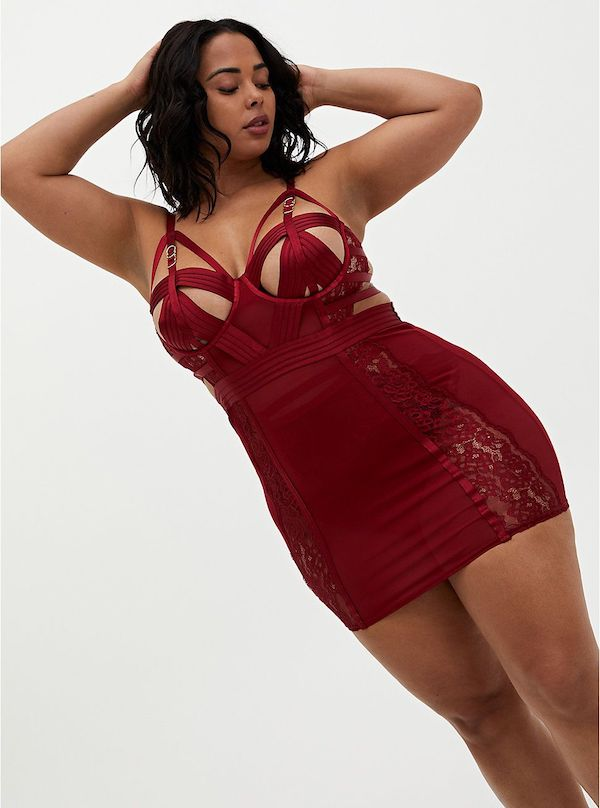 A model wearing a plus-size lingerie set in red.