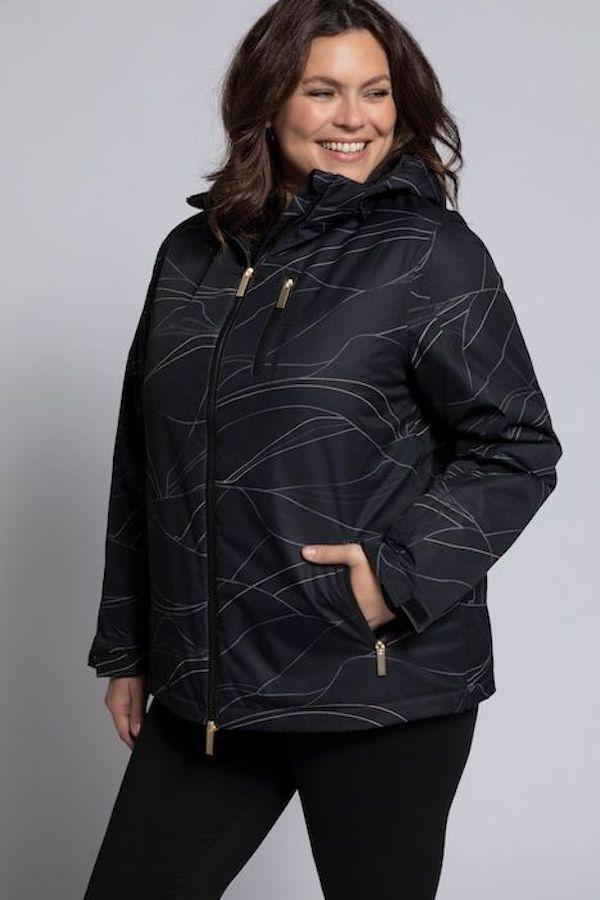 A model wearing a plus-size ski jacket in bla k.