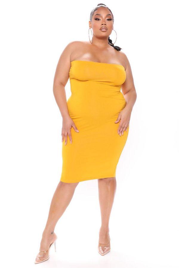 A model wearing a plus-size bandeau dress.