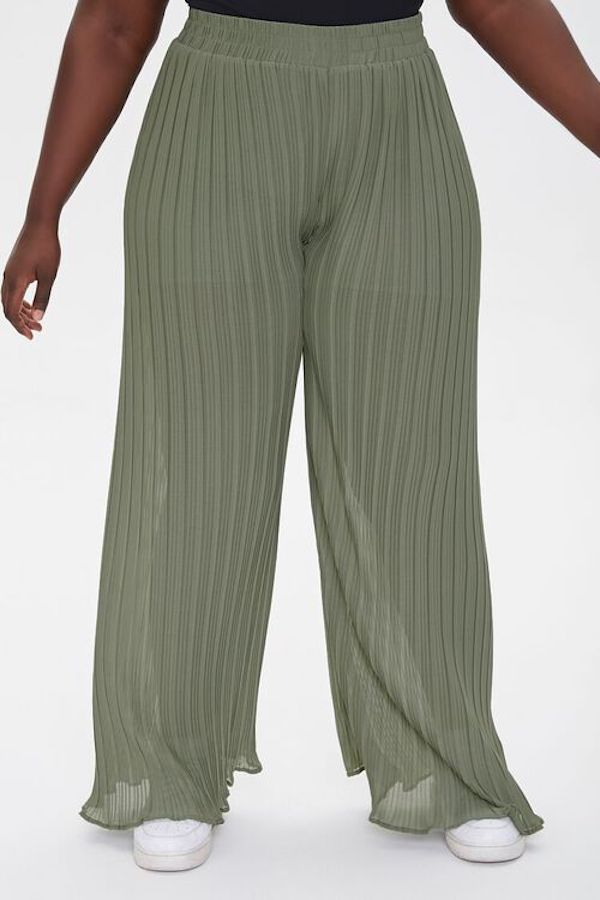 A model wearing plus-size palazzo pants.