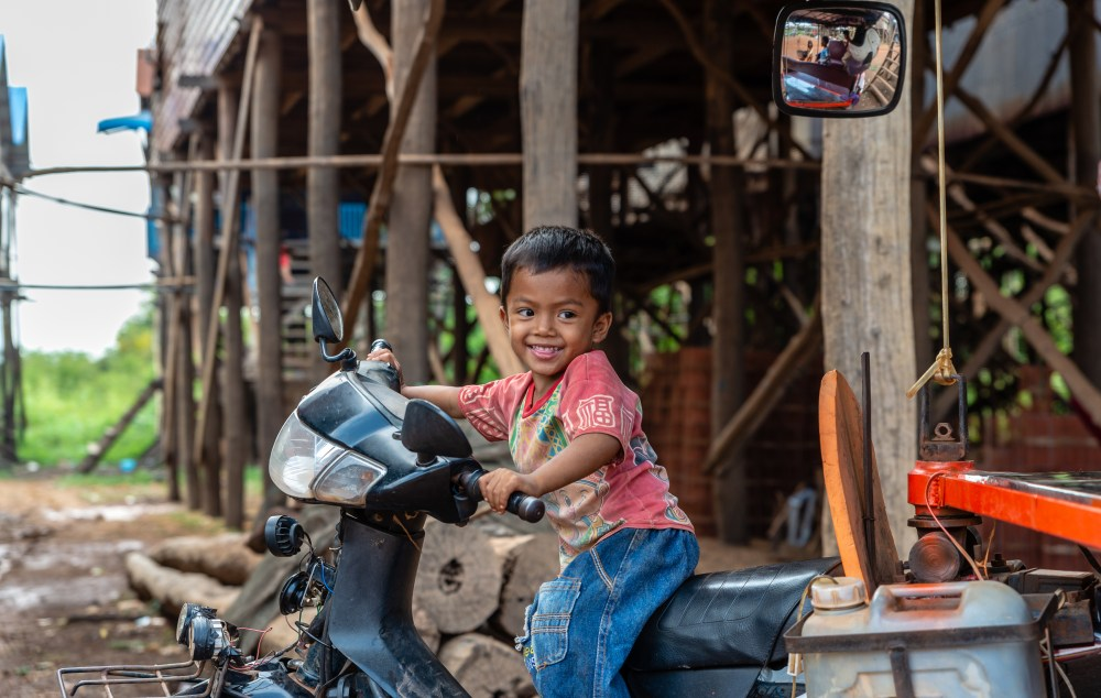 Photo a young boy on a motorbike