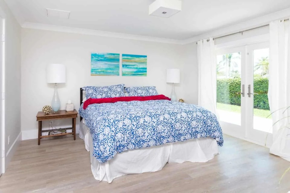 Beach House Bedroom Design Ideas - Bold blue bedding