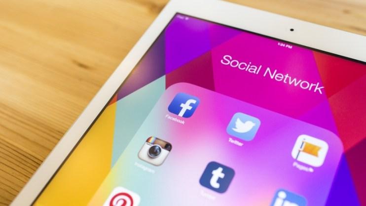 20150810165227-ipad-social-media-facebook-instagram