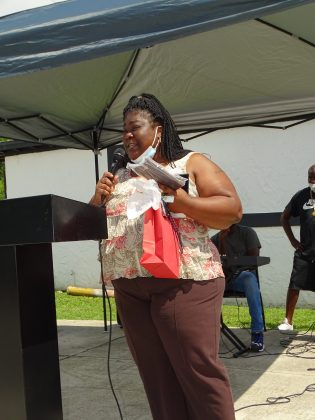 <p><p>Dawn Jackson accepts an award for her father, local leader Grady Jackson, Jr.</p></p><p></p>