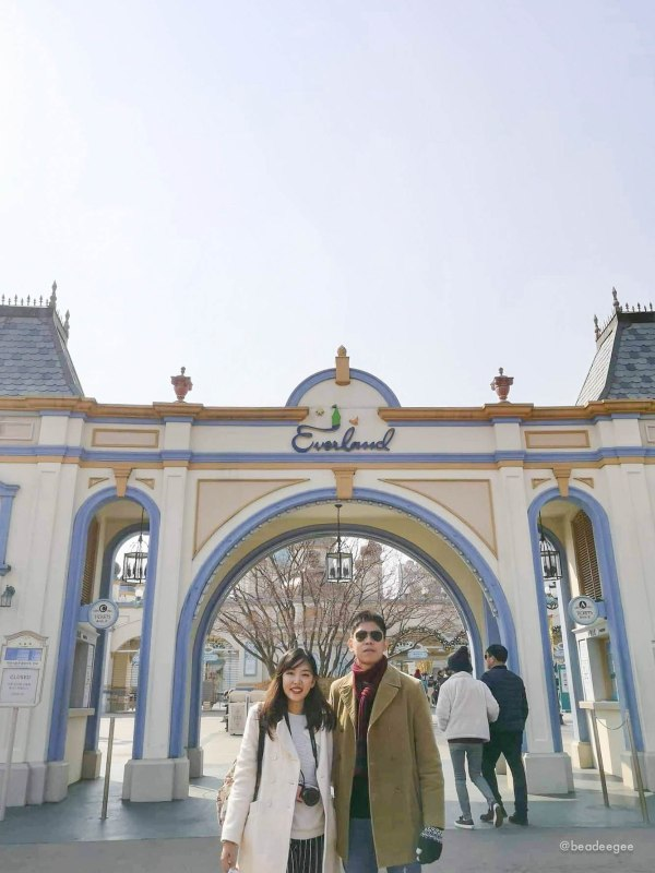 Couple in fron of Everland in South Korea