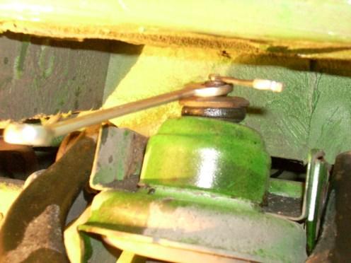 De schokdempermoer en schokdemperdraad verroest omdat de plastickap er niet opzit,noch kopervet is gebruikt.