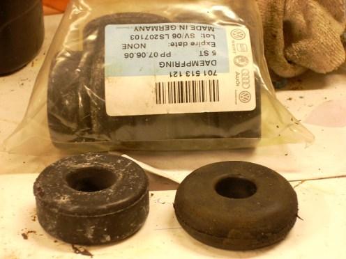 Kijk,Auto 5 monteerde de oude versleten rubbers(rechts),waardoor de schokdempers van n het begin niet kunnen voldoen... Links ligt een zelfde,maar nieuw.Ik ken dat probleem ,op de achterzijde een zakje vol originele VAG rubbers