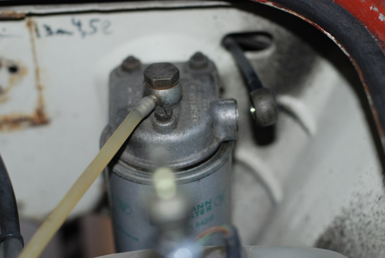 De dieselleidingen verwijderen aan de filter.