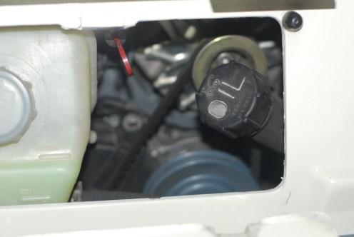De stand van het bijvultankje bij warme motor.