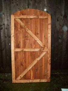CLOSEBOARD FULLY FRAMED ARCHED TOP GATE (2)