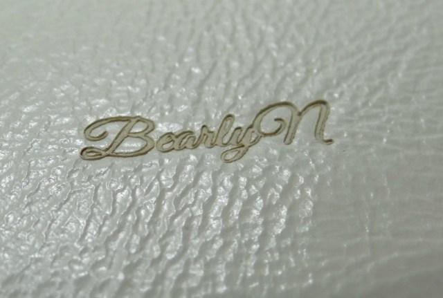 Signature à la marque à chaud sur cuir blanc