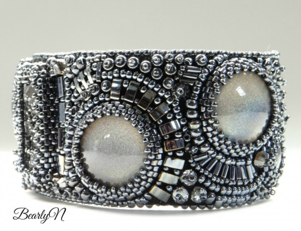 détail broderie sur bracelet Chromatic