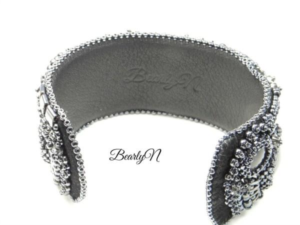 signature BearlyN au dos du bracelet Chromatic
