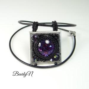 Pendentif carré brodé noir et violet_BearlyN