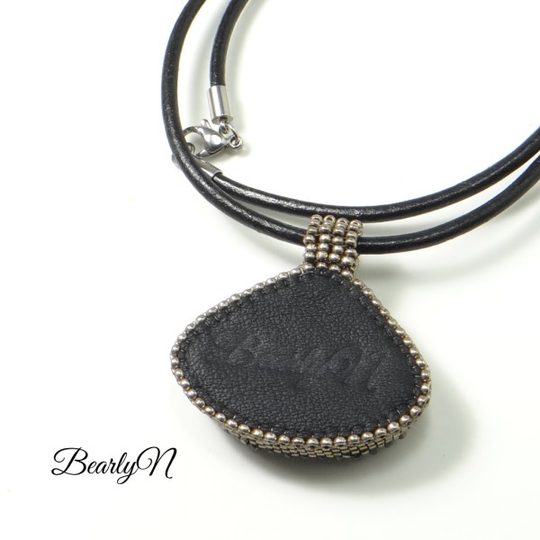 Pendentif triangulaire signé BearlyN