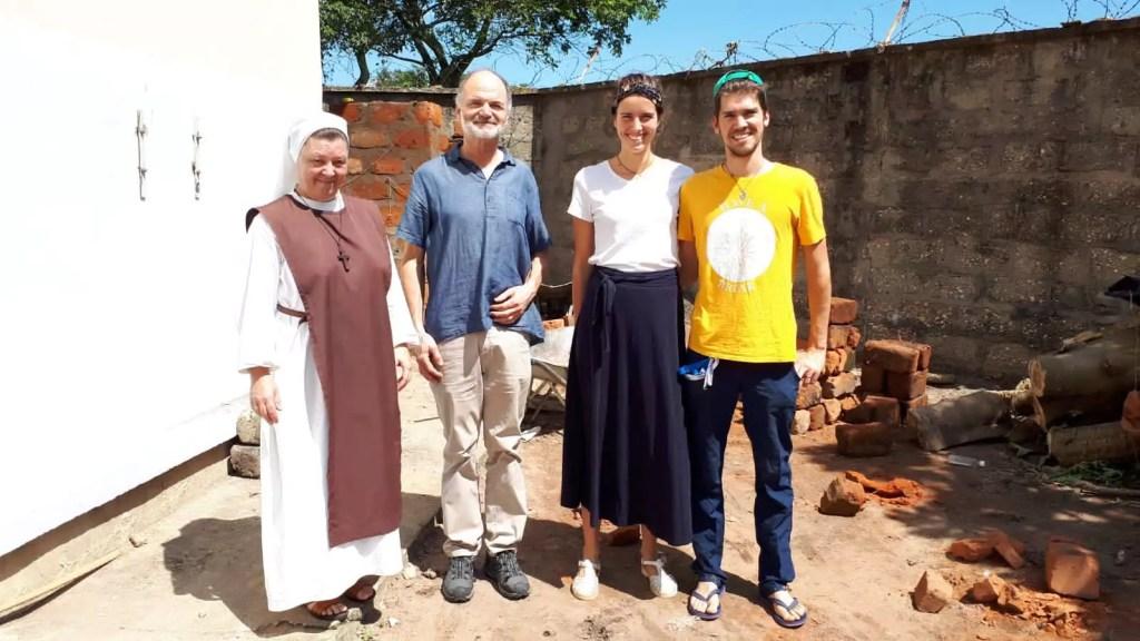 Pierre et Tiphaine, à droite, avec sr Marie de La Croix, directrice de l'hôpital, à gauche.