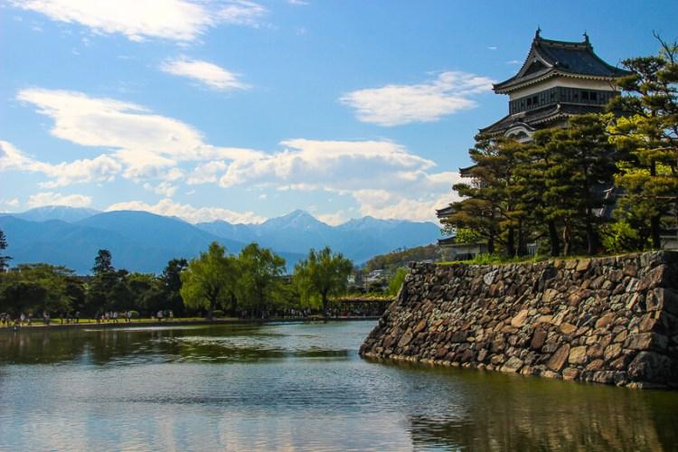 残雪の常念岳と松本城(5月)