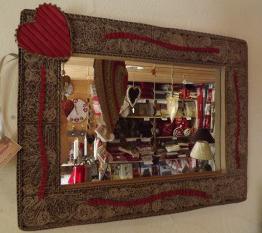 un miroir en carton avec cœur rouge et dentelle de carton