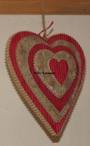 Un grand cœur en carton recyclé à suspendre