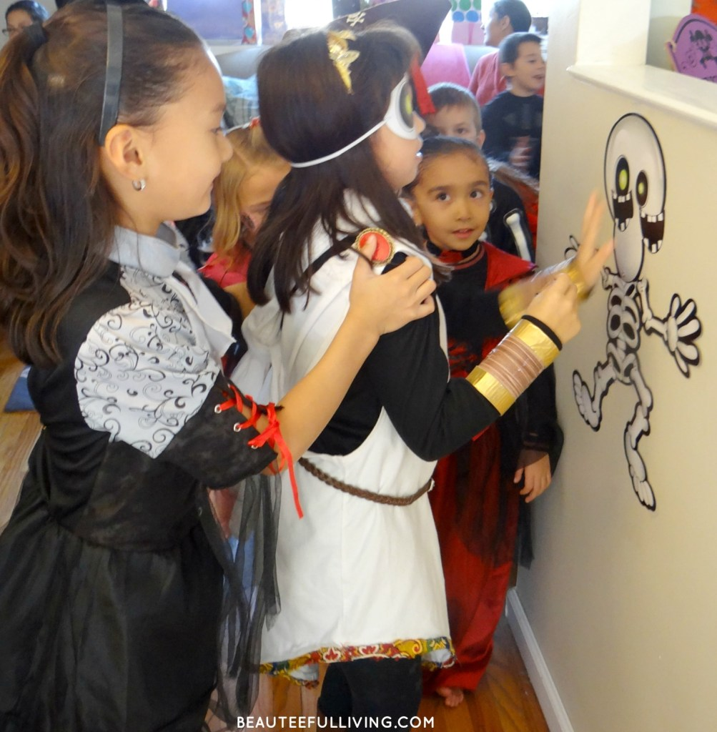 halloween-kids-pin-skeleton-game
