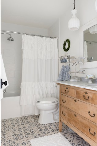 white farmhouse bathroom decor ideas