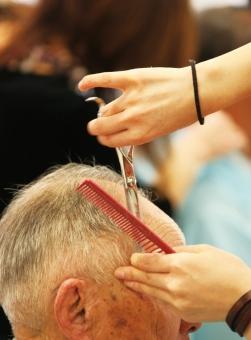 福祉(訪問)美容師になるには資格がいるの?免許の取り方や給料について