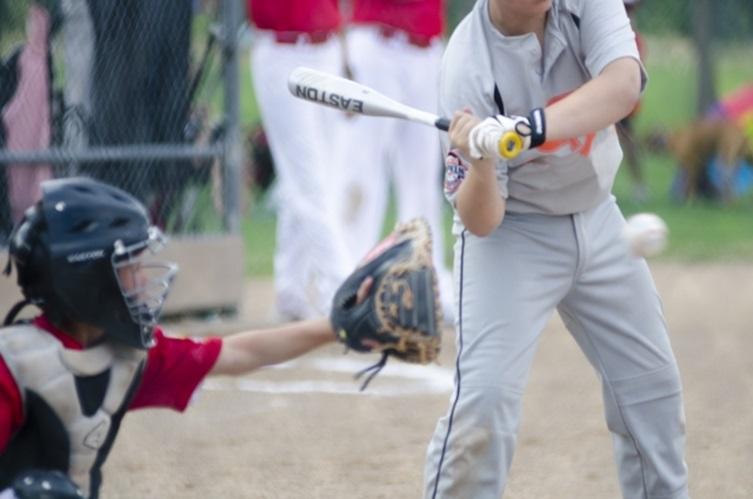 野球でバットを振る瞬間