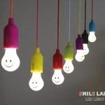 ニッコリ笑顔になれる電球型のLEDスマイルランプ! どこでも吊り下げられるから、いろんなシーンで大活躍